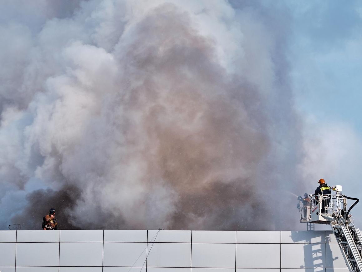 Чёрный дым над СпБ: При проверке пожарной сигнализации загорелся автосалон