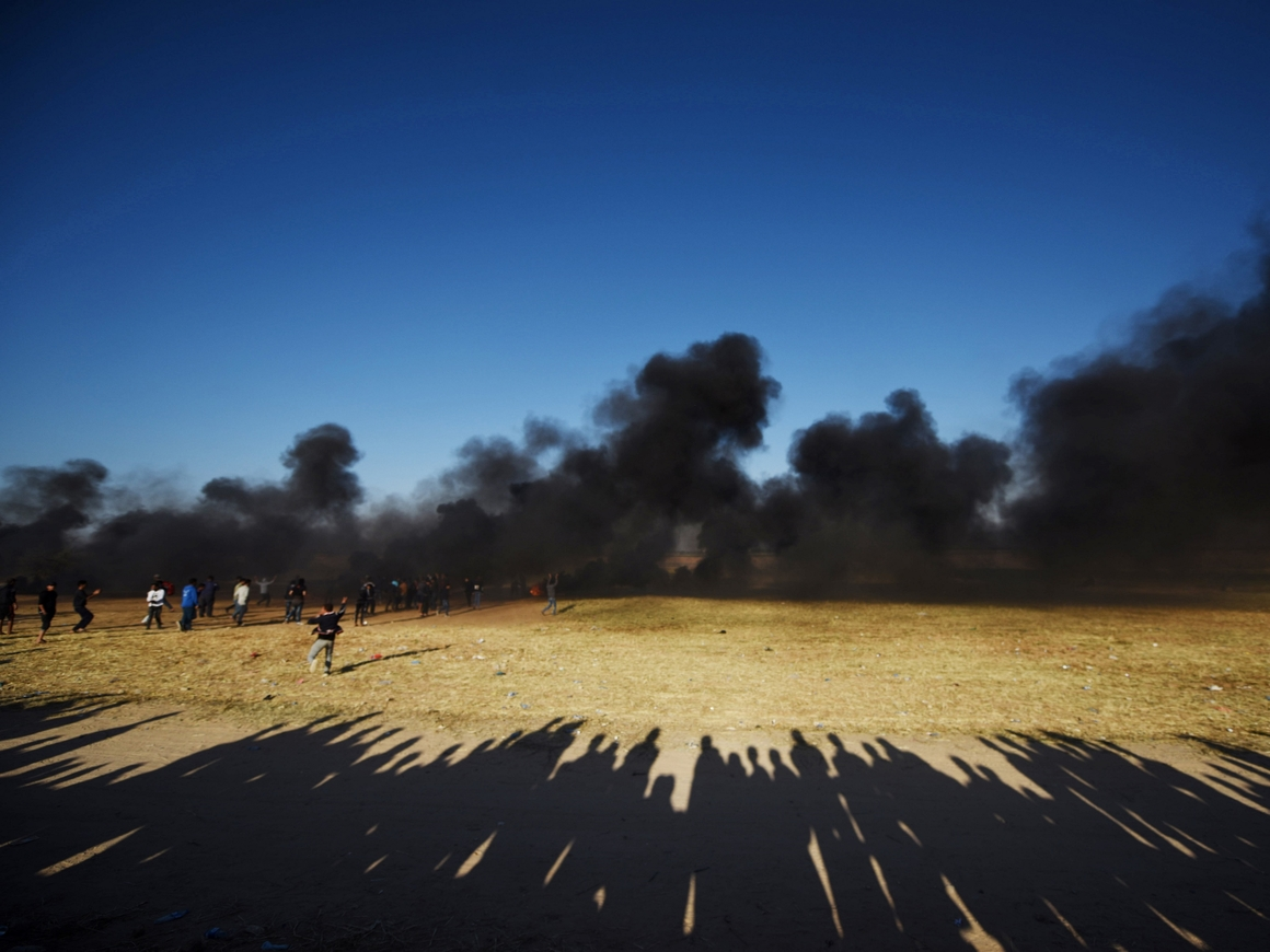 Протесты в секторе Газа – сотни палестинцев жгут покрышки (видео)