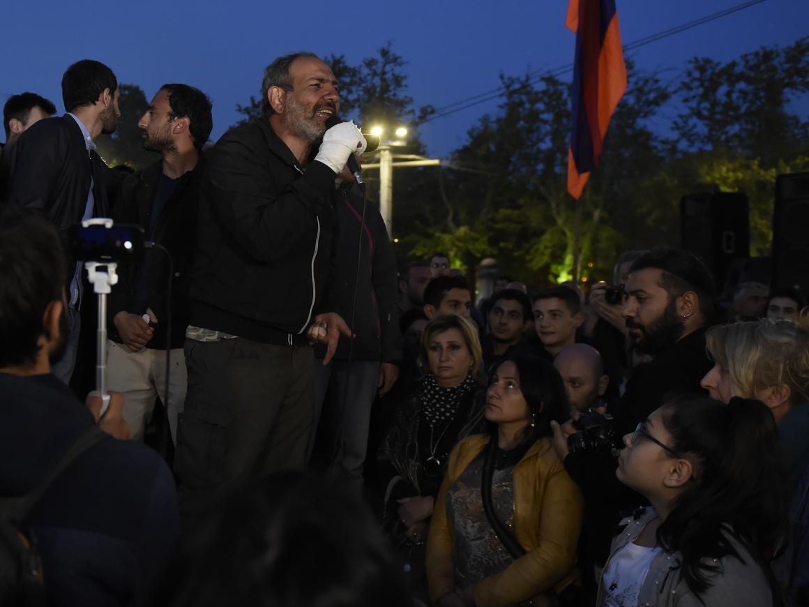 """Армянская оппозиция объявила """"бархатную революцию"""" против премьера Саргсяна"""