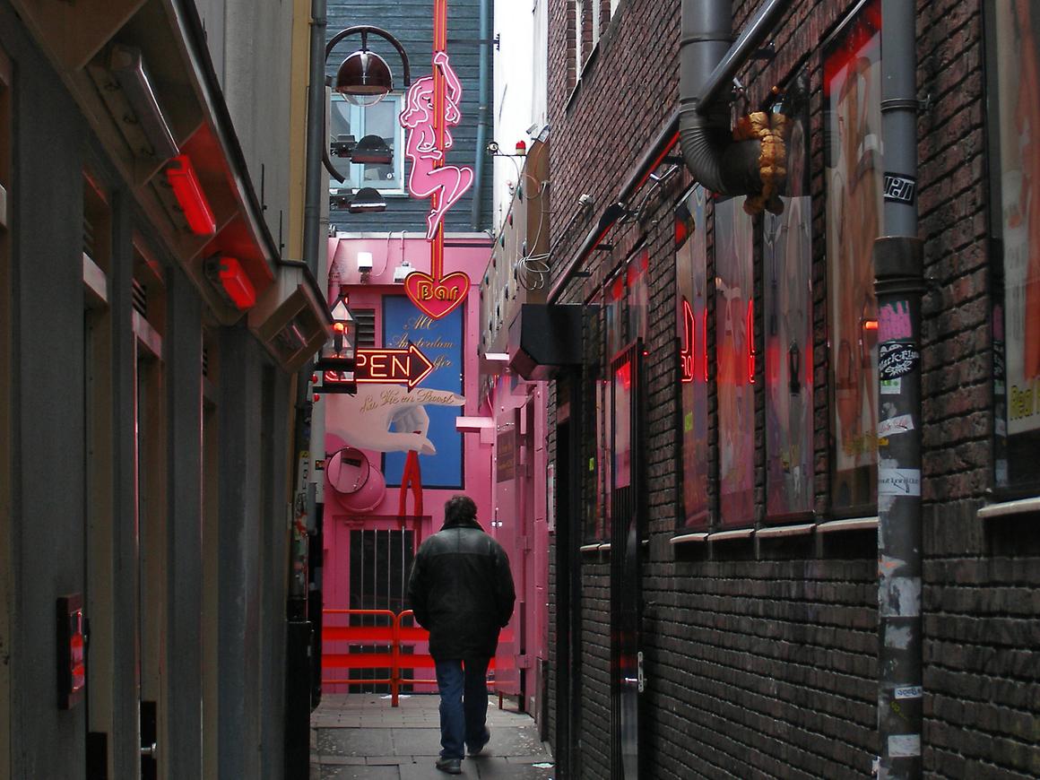 Красные фонари Москва-Сити: в Москве откроется легальный бордель. С куклами