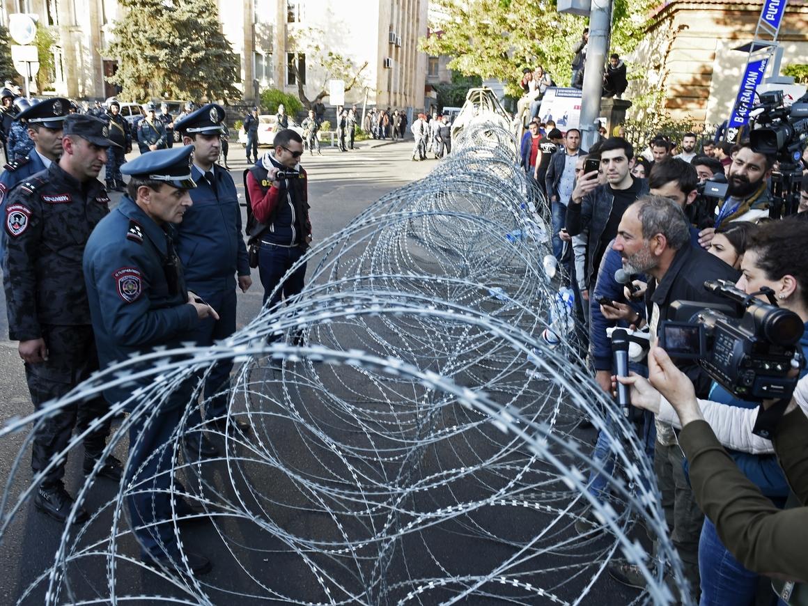 В столице Армении к протестам присоединились военные