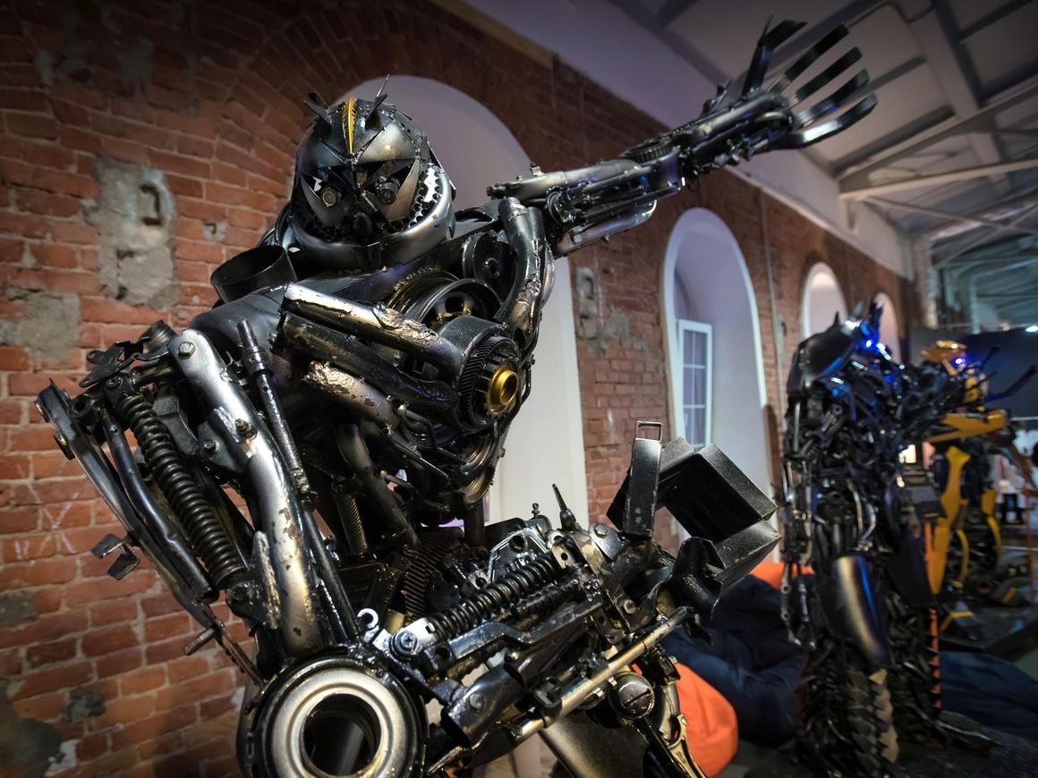"""Герой """"Трансформеров"""" ожил в Японии: появился робот, трансформирующийся в машину"""