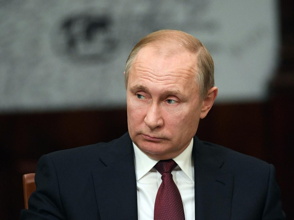 Президент России не смог разобрать свой почерк. Бывает, Владимир Владимирович