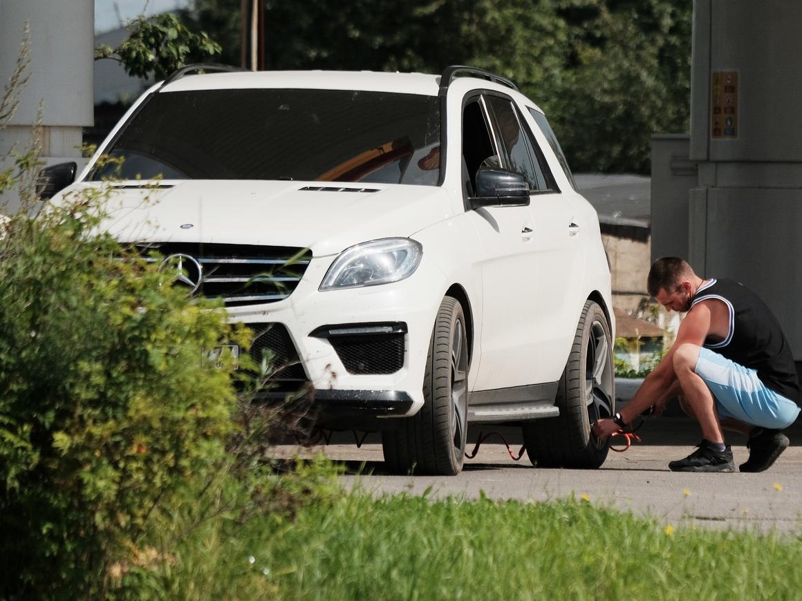 Автомобильный расизм - в Туркменистане решено оставить только белые машины