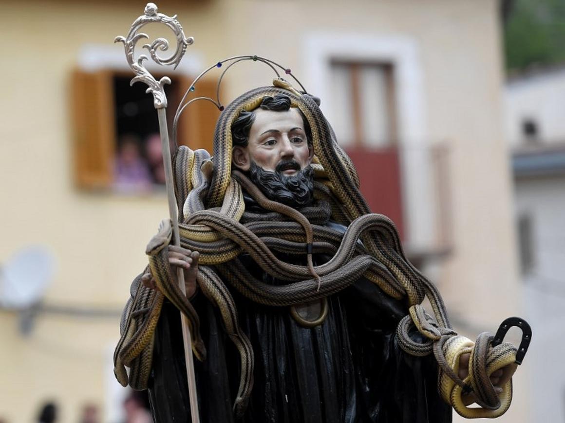 Ежегодный фестиваль змей в Италии: +100 к защите от зубной боли и укусов