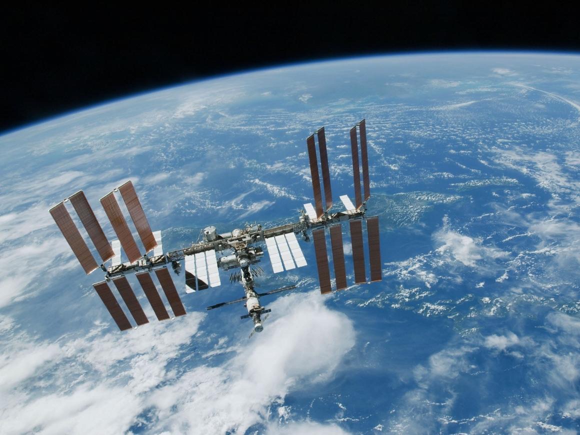"""Русский """"Марсианин"""" - на МКС получили 25 л питьевой воды из мочи"""