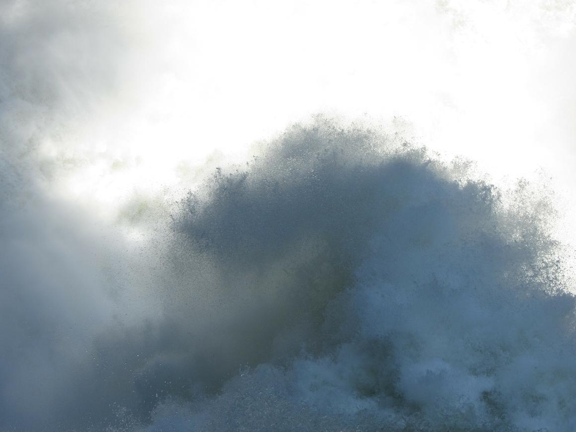 А-ля  Женева: посреди Тольятти забил бешеный фонтан (видео)