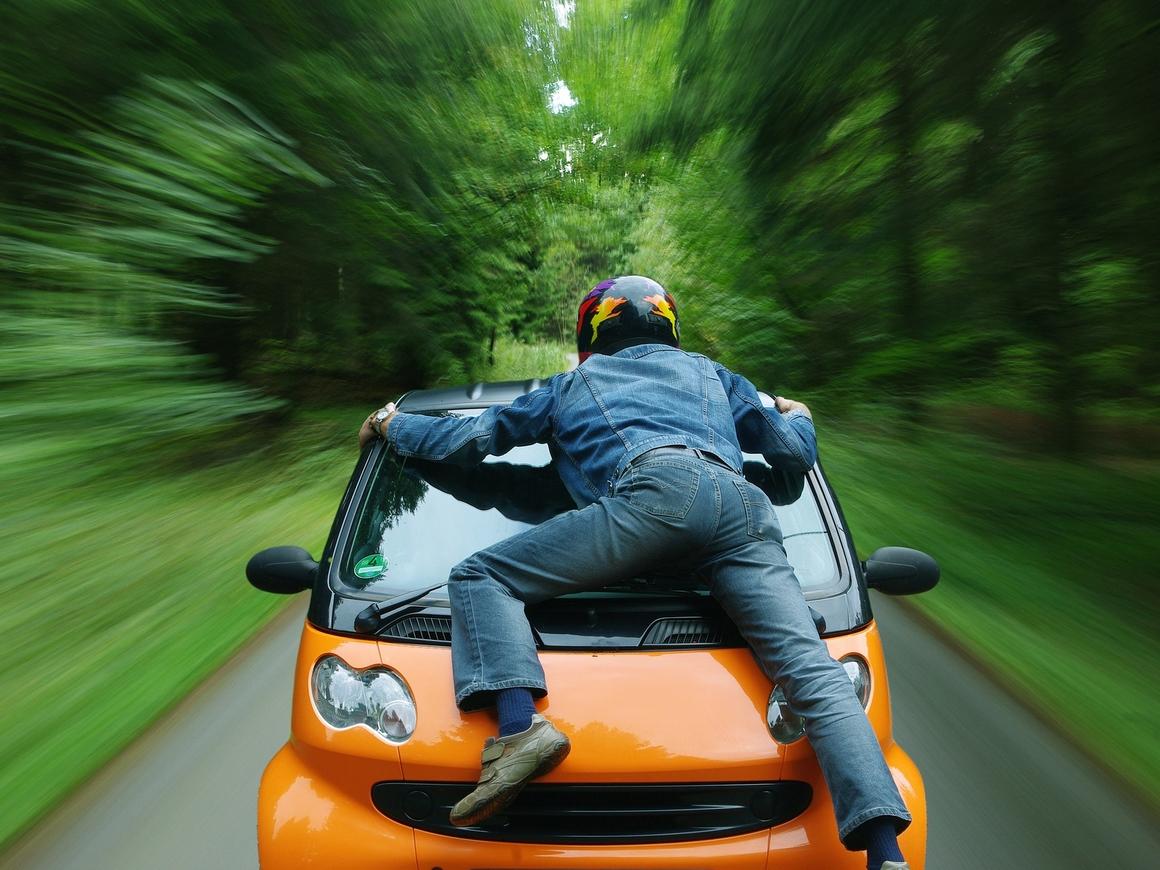 В Крыму водитель задел велосипедиста, а напал на мотоциклиста (видео)