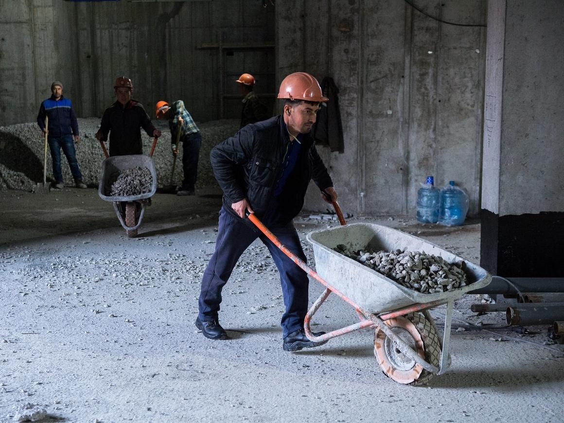 Всё как у нас: аргентинские рабочие приварили к стене трубу вместе с лестницей