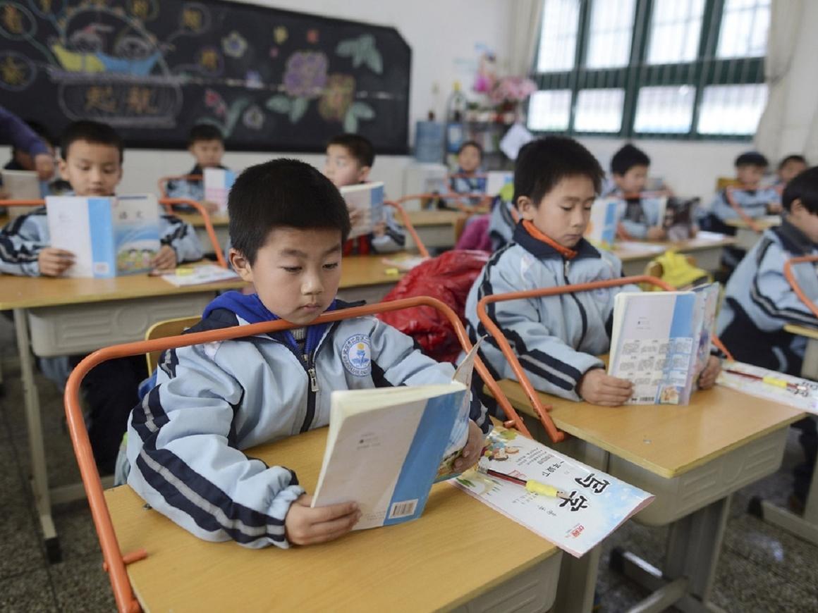 В китайской школе поставили систему распознавания лиц, чтобы не отвлекались