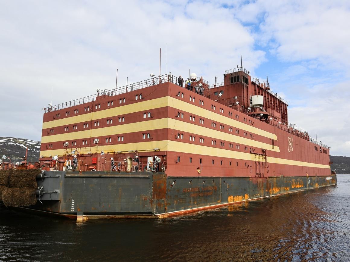 Российская плавучая атомная электростанция завершила первый выход в море (видео)