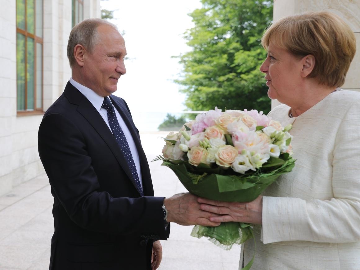 Путин подарил Меркель цветы. Немецкие СМИ посчитали это оскорблением