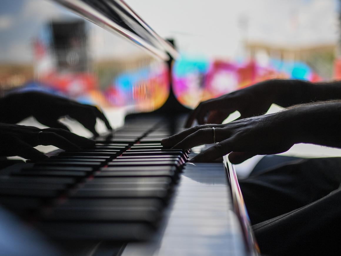 """Музыку из """"Игры престолов"""" сыграли на картонном пианино, неплохо (видео)"""