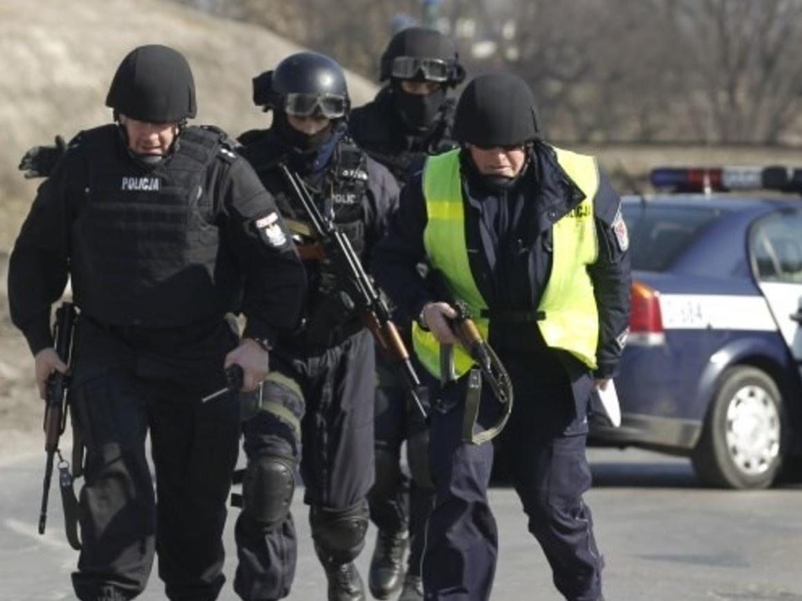 Голый наркодилер упал на польских полицейских (видео)