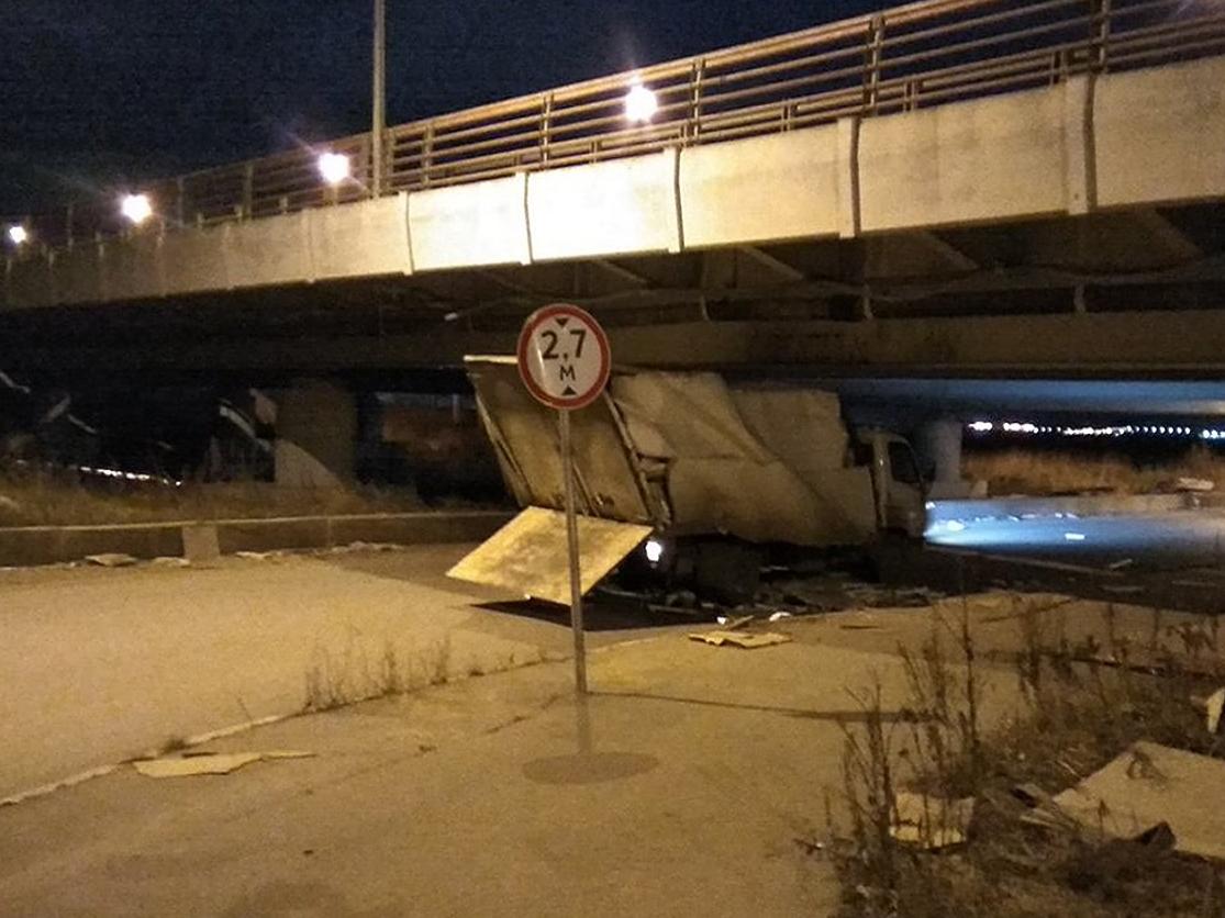 В день города 150-я, юбилейная Газель не прошла под мостом в Петербурге