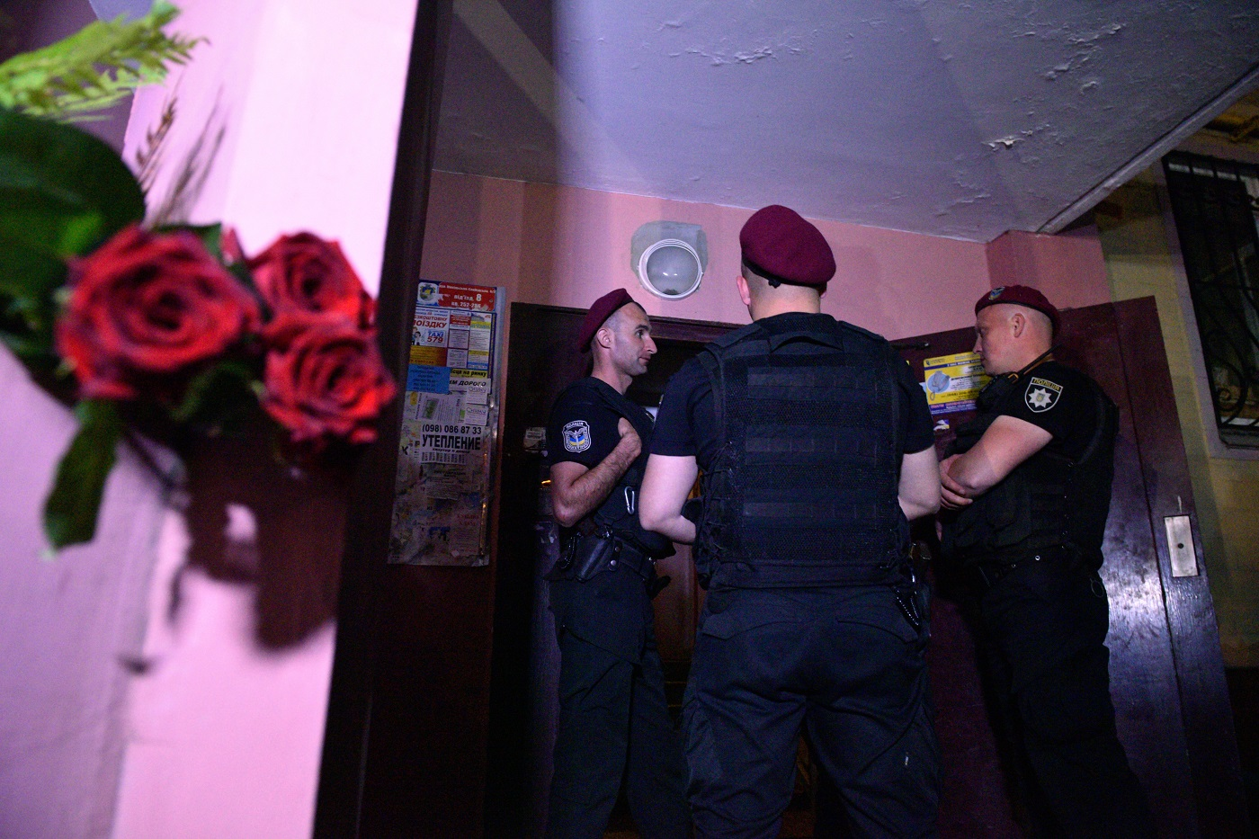 Сотрудники украинской полиции возле дома, где был убит Аркадий Бабченко.