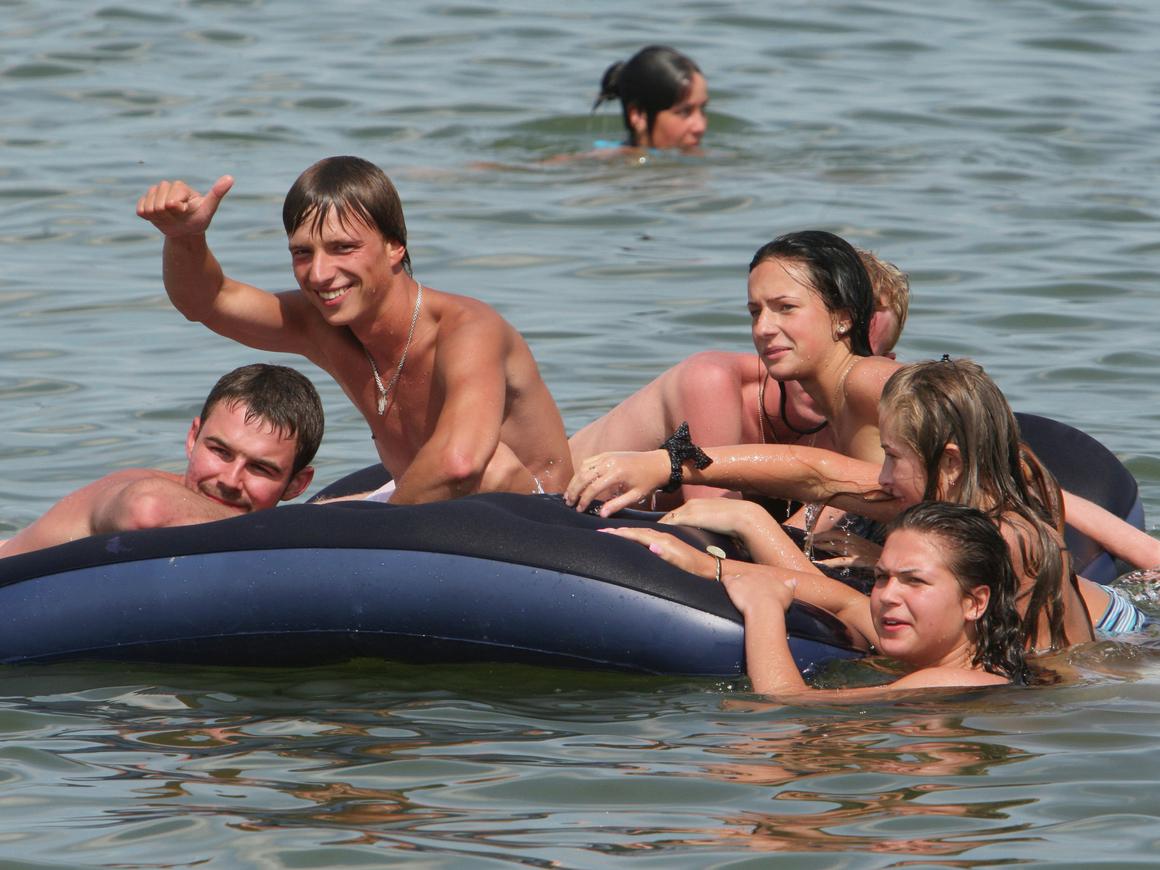 Дрифт по-геленджикски: туристы на матрасе провели 18 часов в открытом море