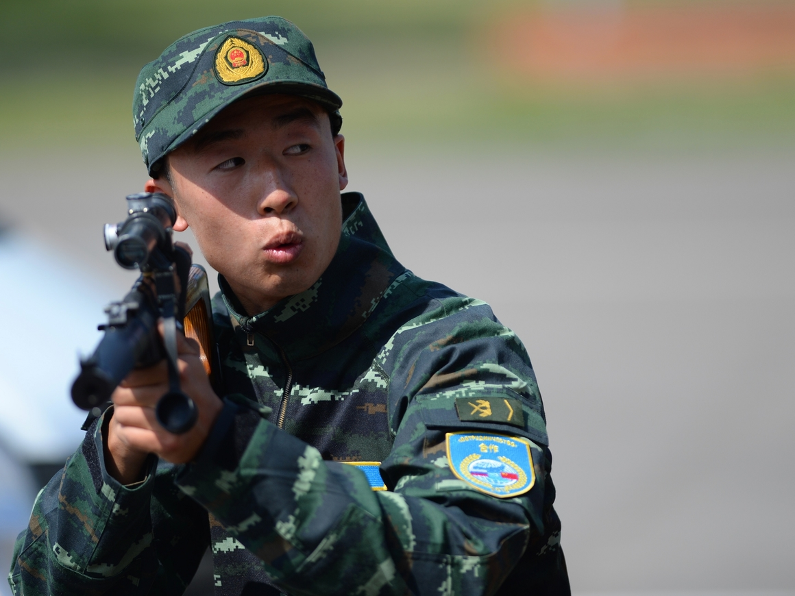 Полицейские из Китая показали, что делать, если на вас напали с ножом (видео)
