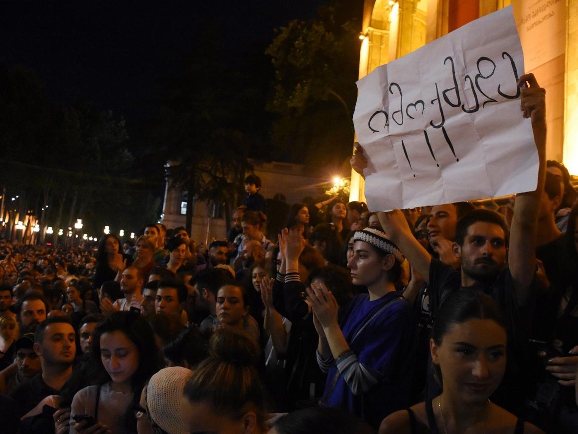 В Грузии из-за убийства школьников народ требует отставки правительства