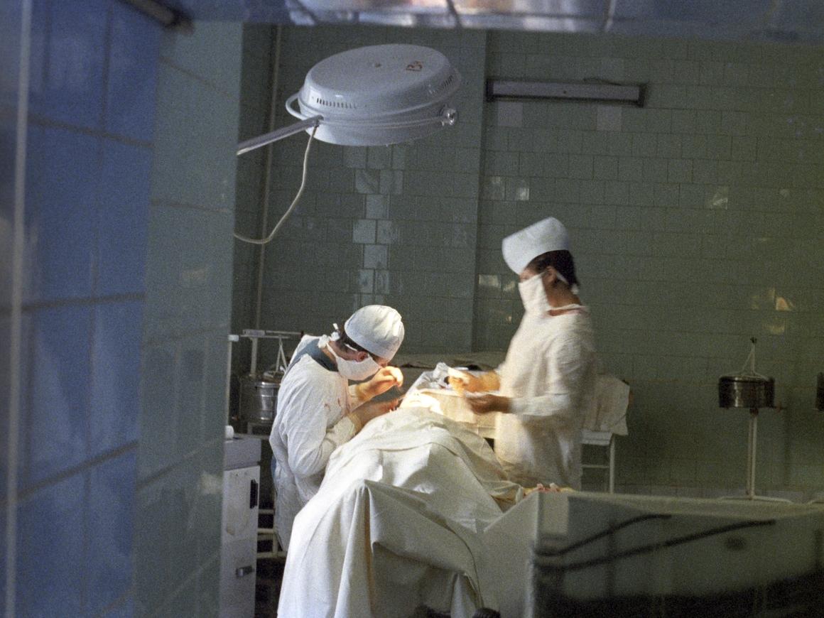 На дерматолога в США поступило более 100 жалоб. Она танцевала во время операций