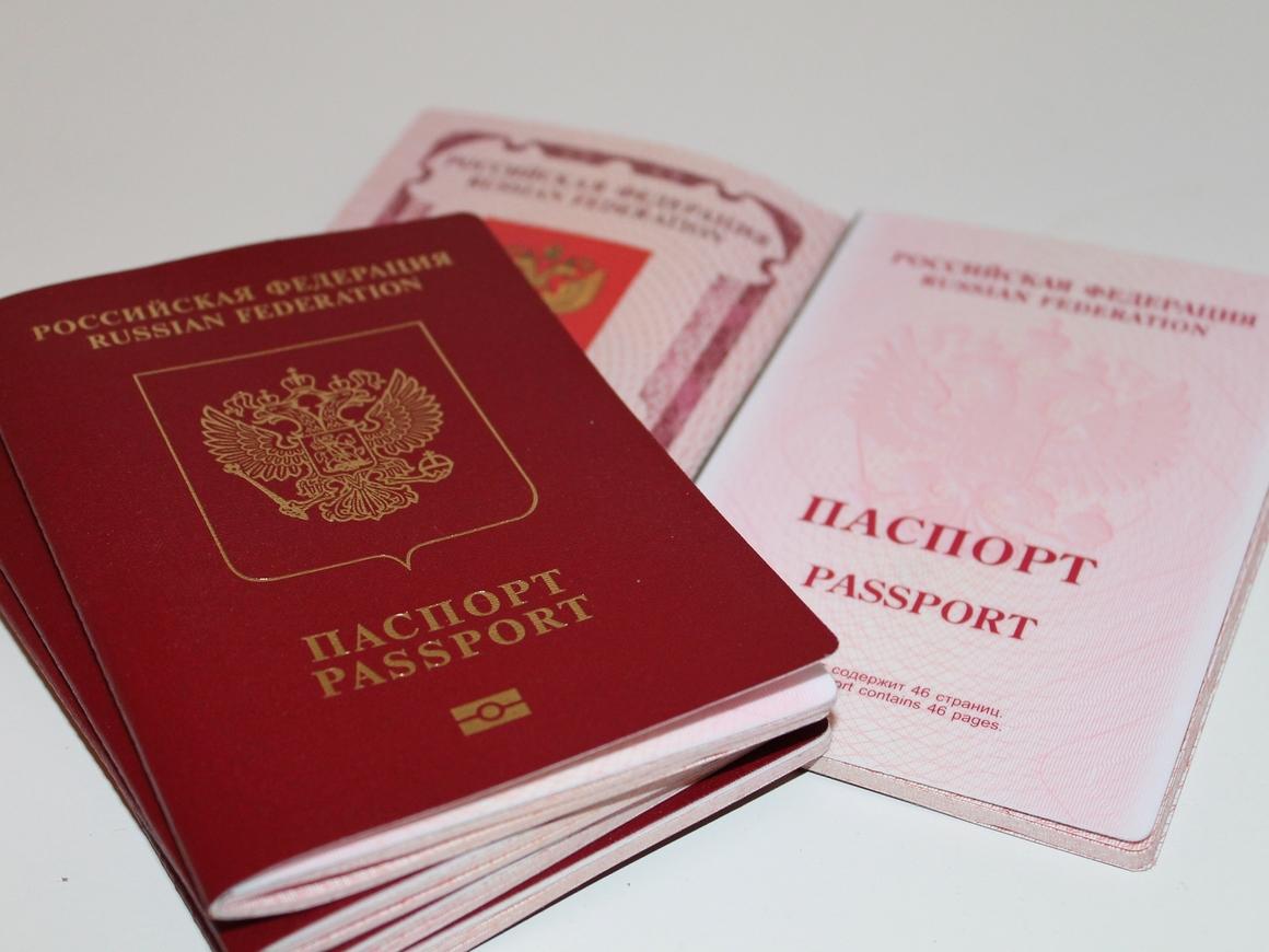 Грузинский дизайнер анонсировал сапоги из обложек российского паспорта