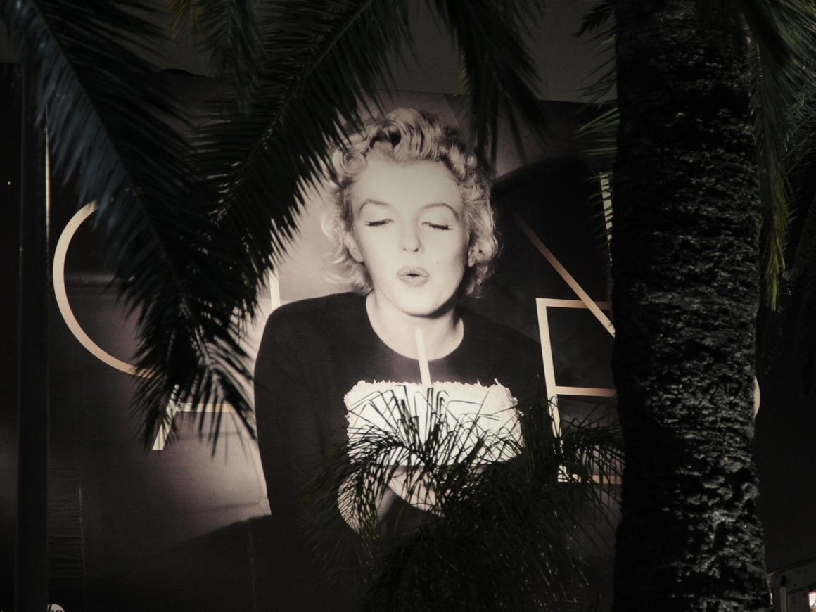 В США гигантская статуя Мэрилин Монро смотрит пятой точкой на церковь