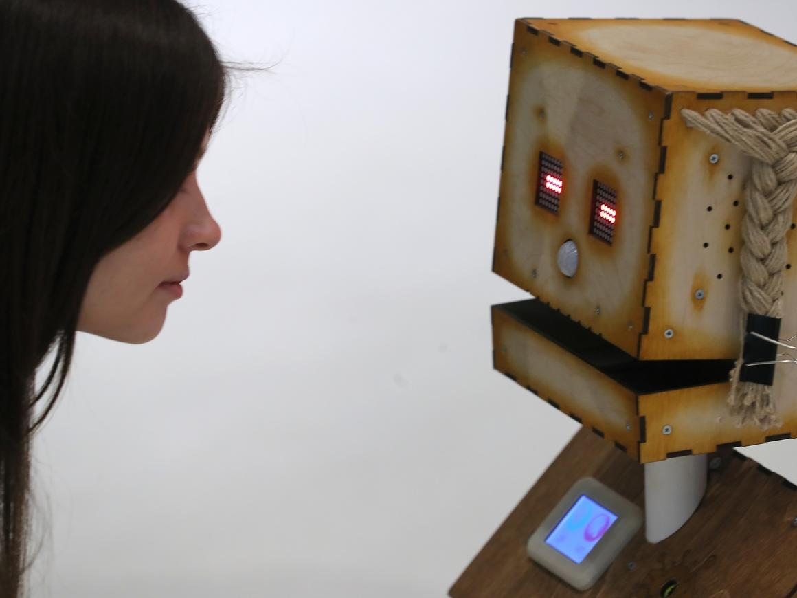 Российские роботы флиртовали на конфе в Иннополисе. Неловко-то как (видео)