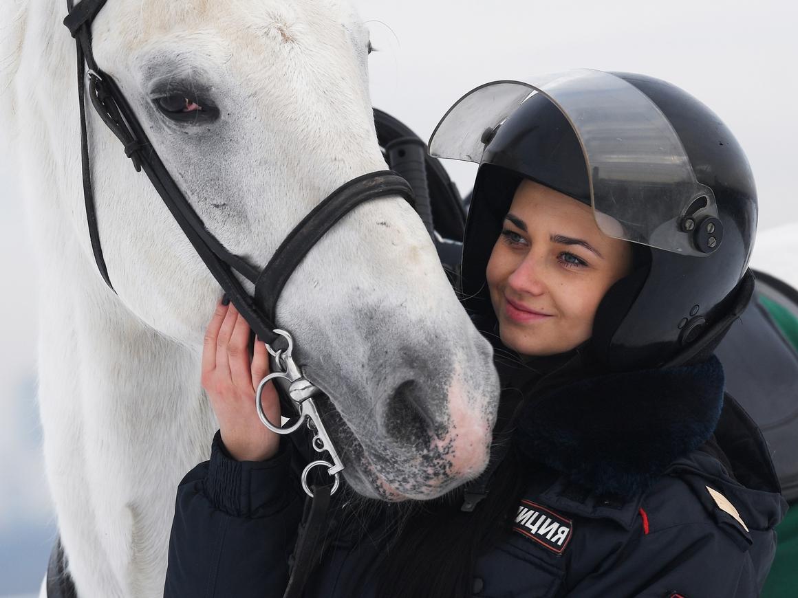 Японцы в восторге от русской девушки - полицейской. Ещё бы - она на коне