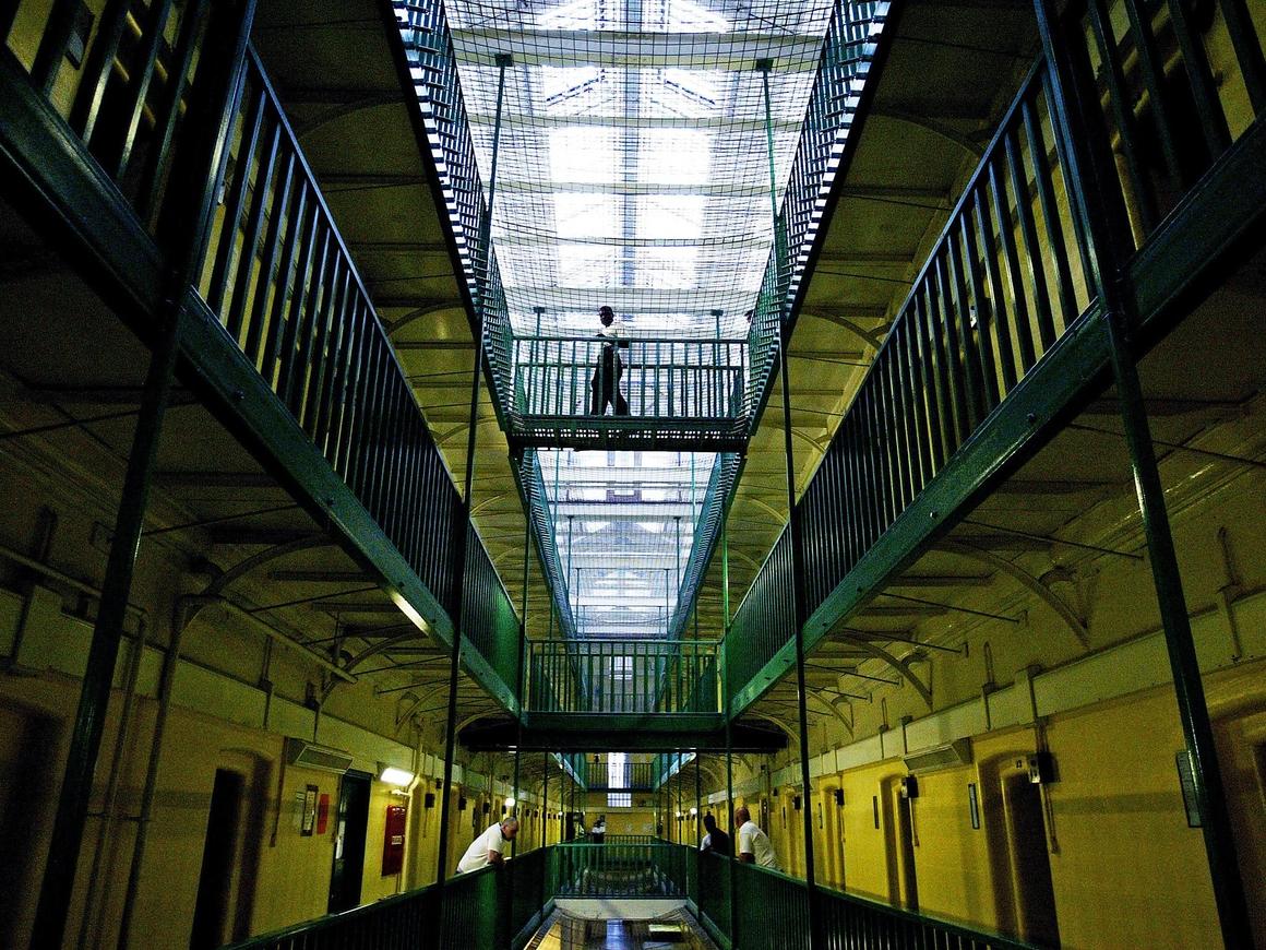 В Англии суд приговорил 8 мужчин к 90 годам тюрьмы за изнасилования девочек