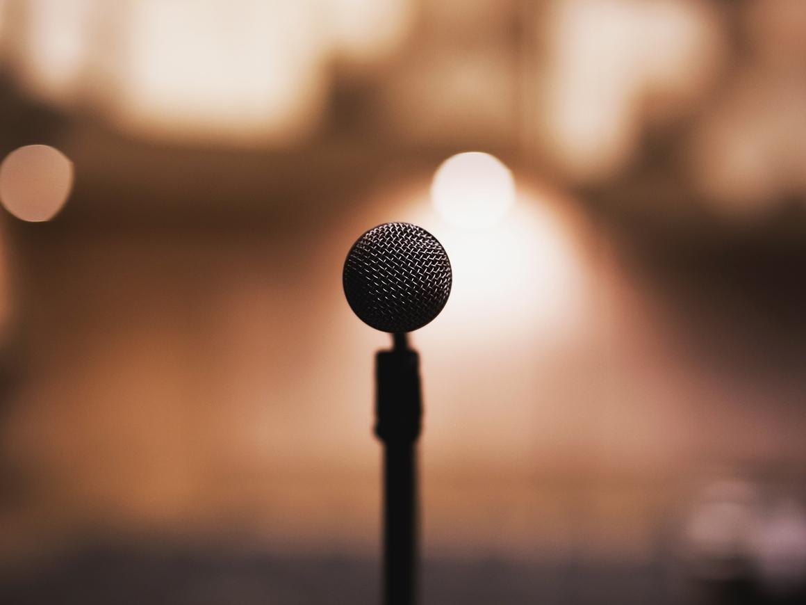 В США выпускница хотела рассказать о домогательствах, а ей вырубили микрофон