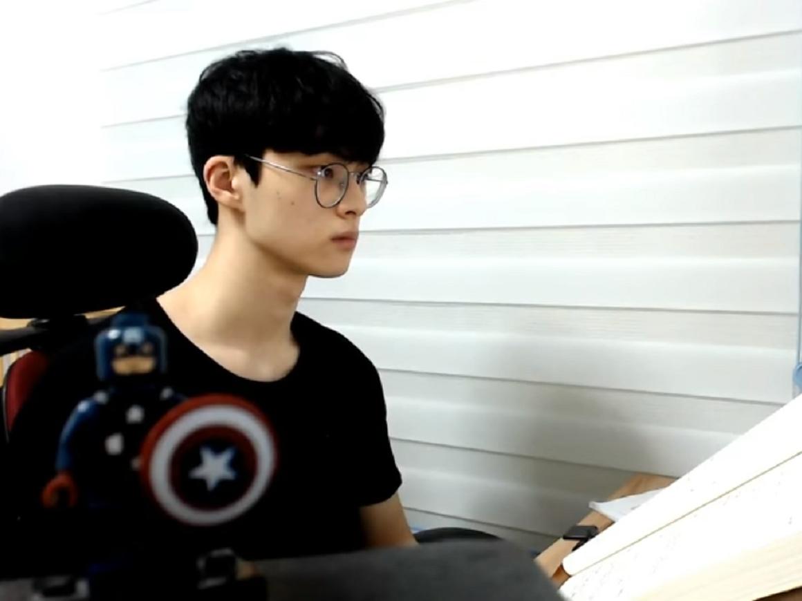Корейский ютьюбер стал популярным, потому что сидел и ничего не делал