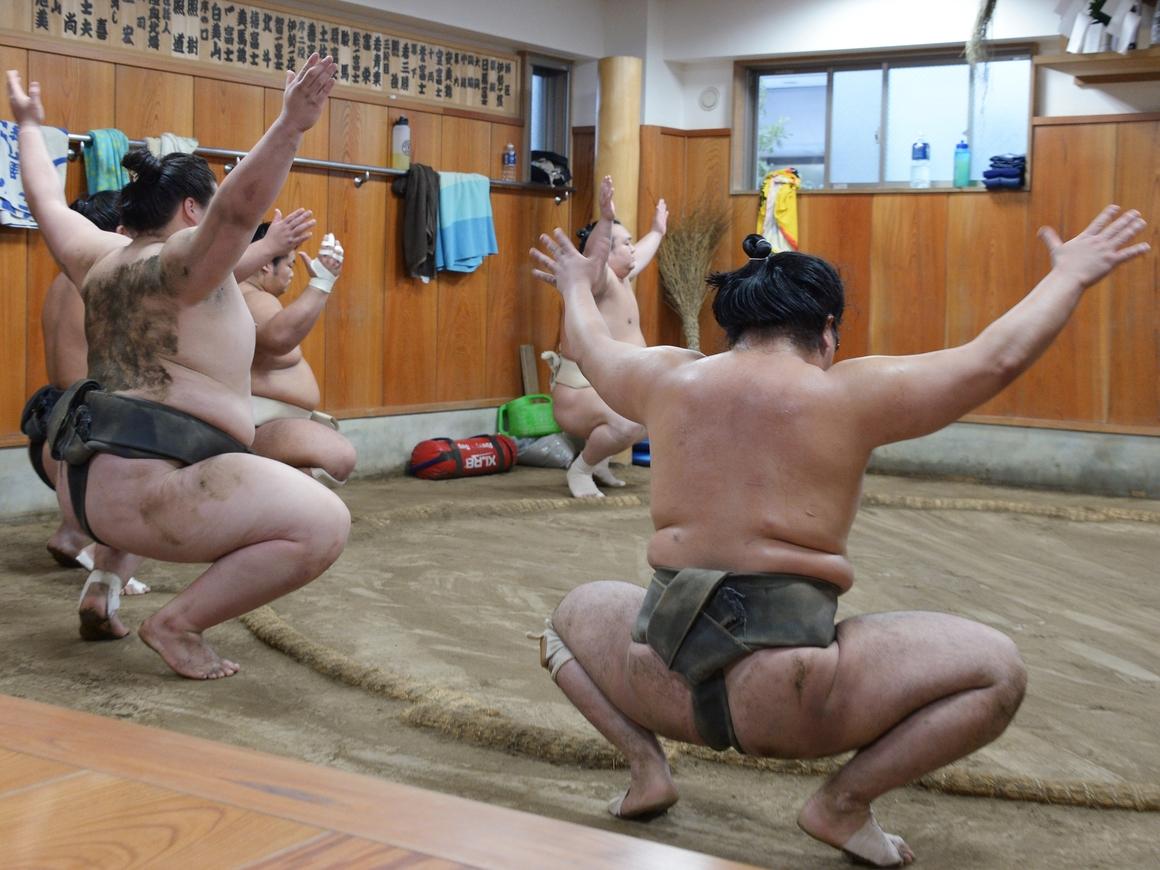 Самураи, у вас скрепы отваливаются - сумоистки борются против сексизма