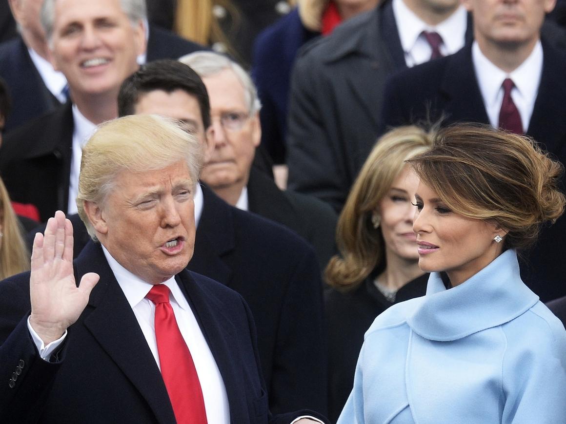 """По одёжке встречают: Меланию Трамп раскритиковали за """"антимигрантскую"""" куртку"""