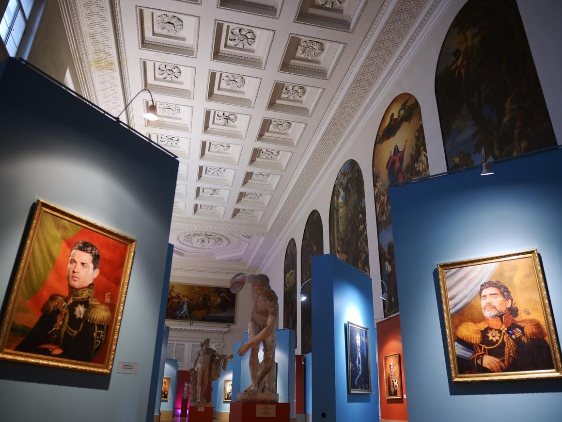 О футболистах и полководцах: В Питере открылась выставка итальянского художника
