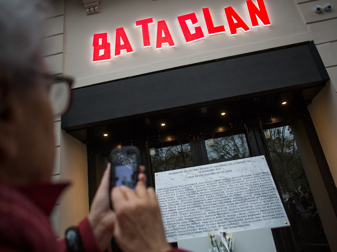 """Очередной месседж? Рисунок в стиле Бэнкси появился на театре """"Батаклан"""" в Париже"""