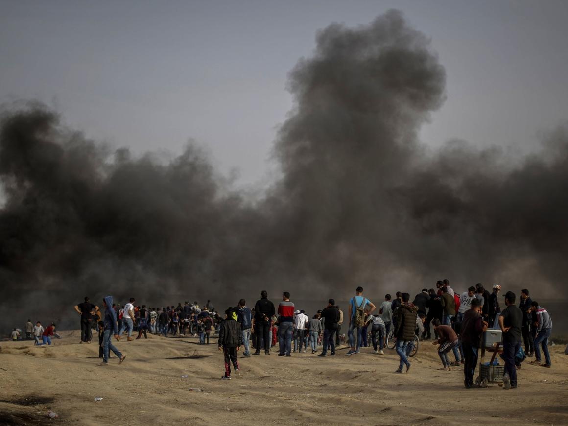Палестинцы танцуют на границе сектора Газа (видео)