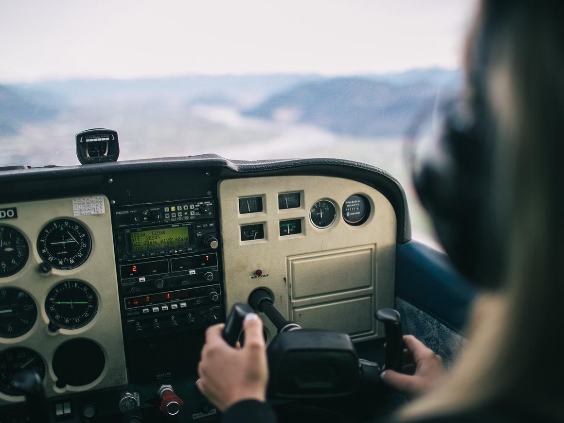 """Пилот из США сделал """"бочку"""" со стаканом воды и не пролил ни капли"""