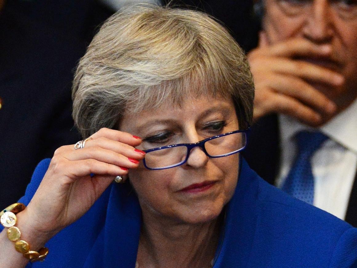 Робот Мэй? Сеть гадает по поводу загадочного круга на руке британского премьера