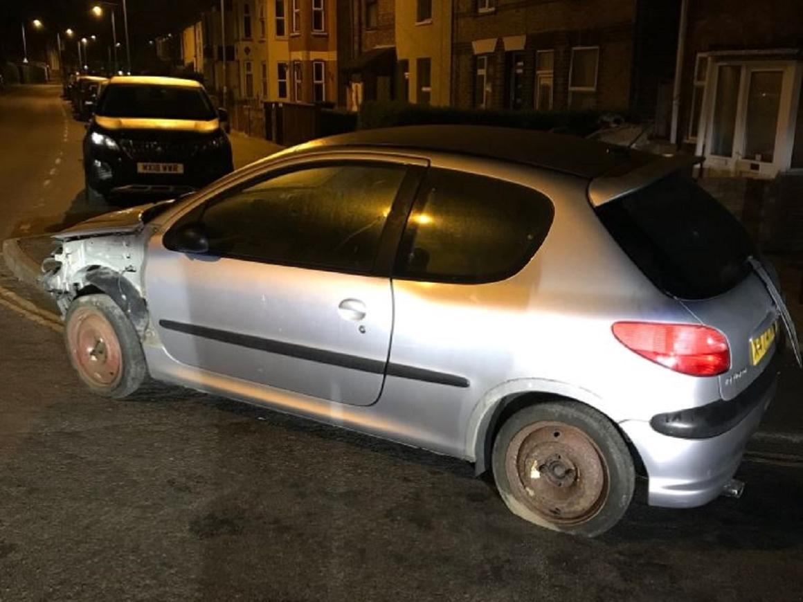 Британские полицейские убрали с дороги авто без руля (фото)