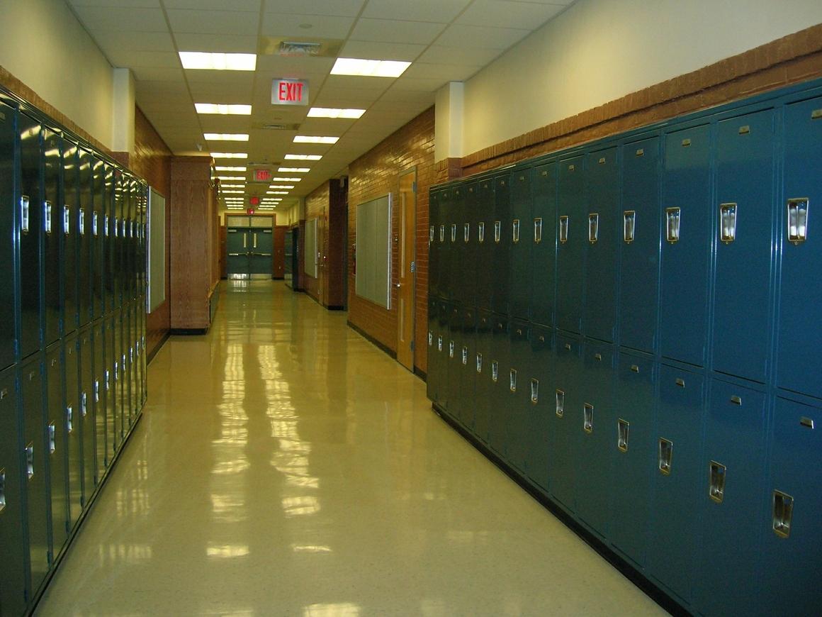 Мальчикам в английской школе запретили носить шорты. Они надели юбки