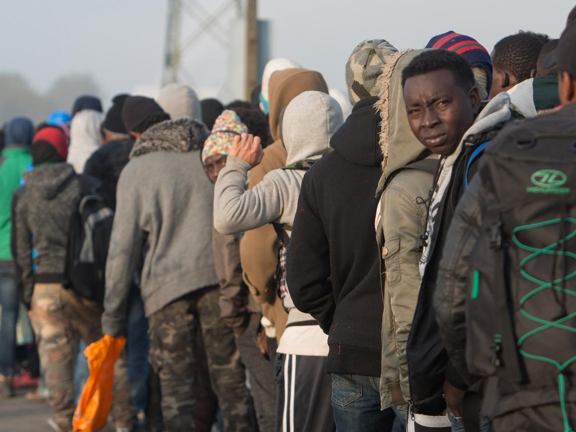 Это вам не Европа: Власти Алжира оставляют мигрантов посреди пустыни без воды