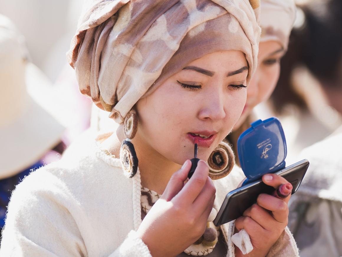 В Китае бум продаж губной помады. Что это значит для экономики?