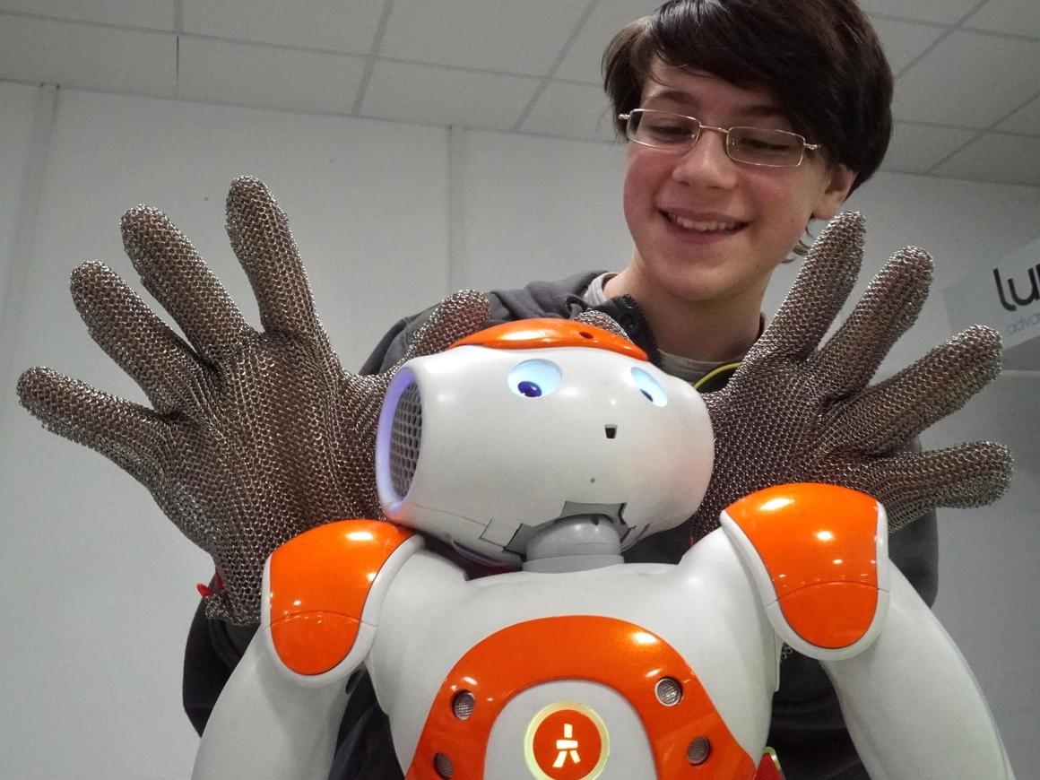 Человекоподобных роботов дискриминируют так же, как и людей