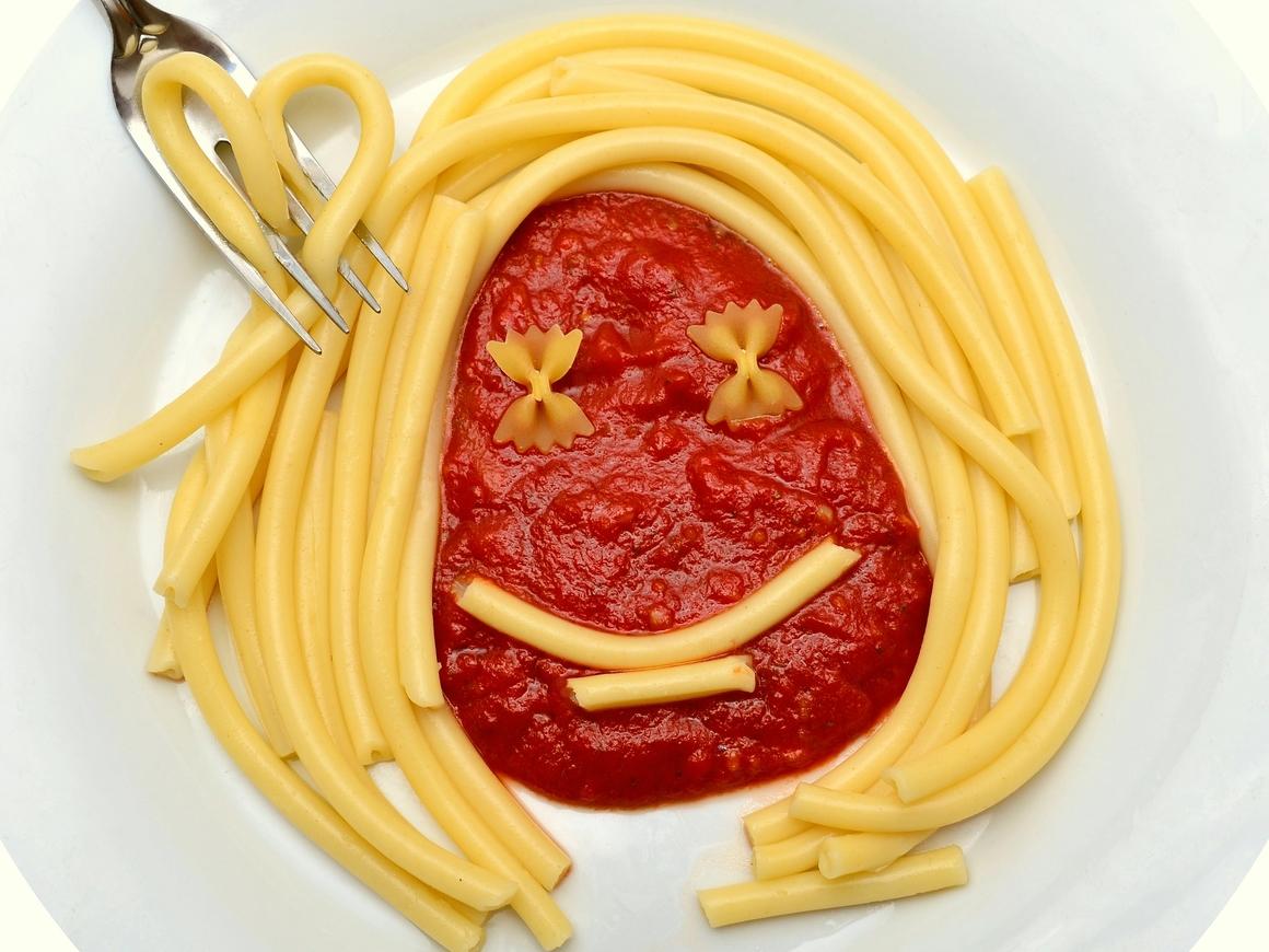 Немецкий пекарь предложил гостям пить через макаронину (фото)