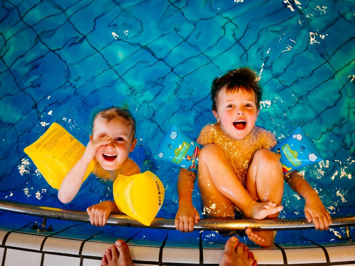 Родители-миллениалы? В Германии дети тонут в бассейнах из-за смартфонов