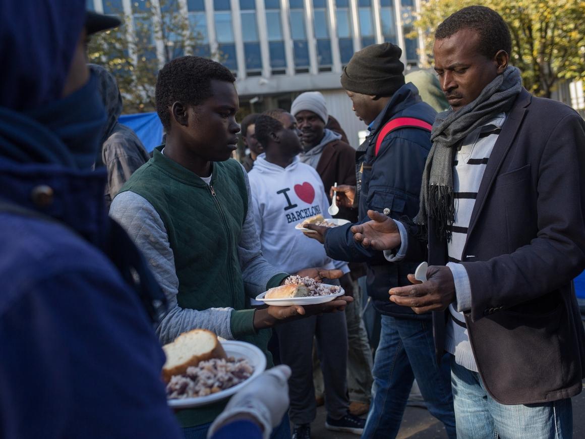 800 мигрантов штурмовали границу Испании бутылками с экскрементами