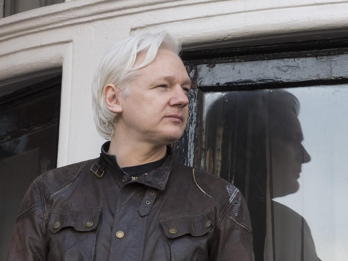 С вещами на выход! - Джулиан Ассанж покинет посольство Эквадора