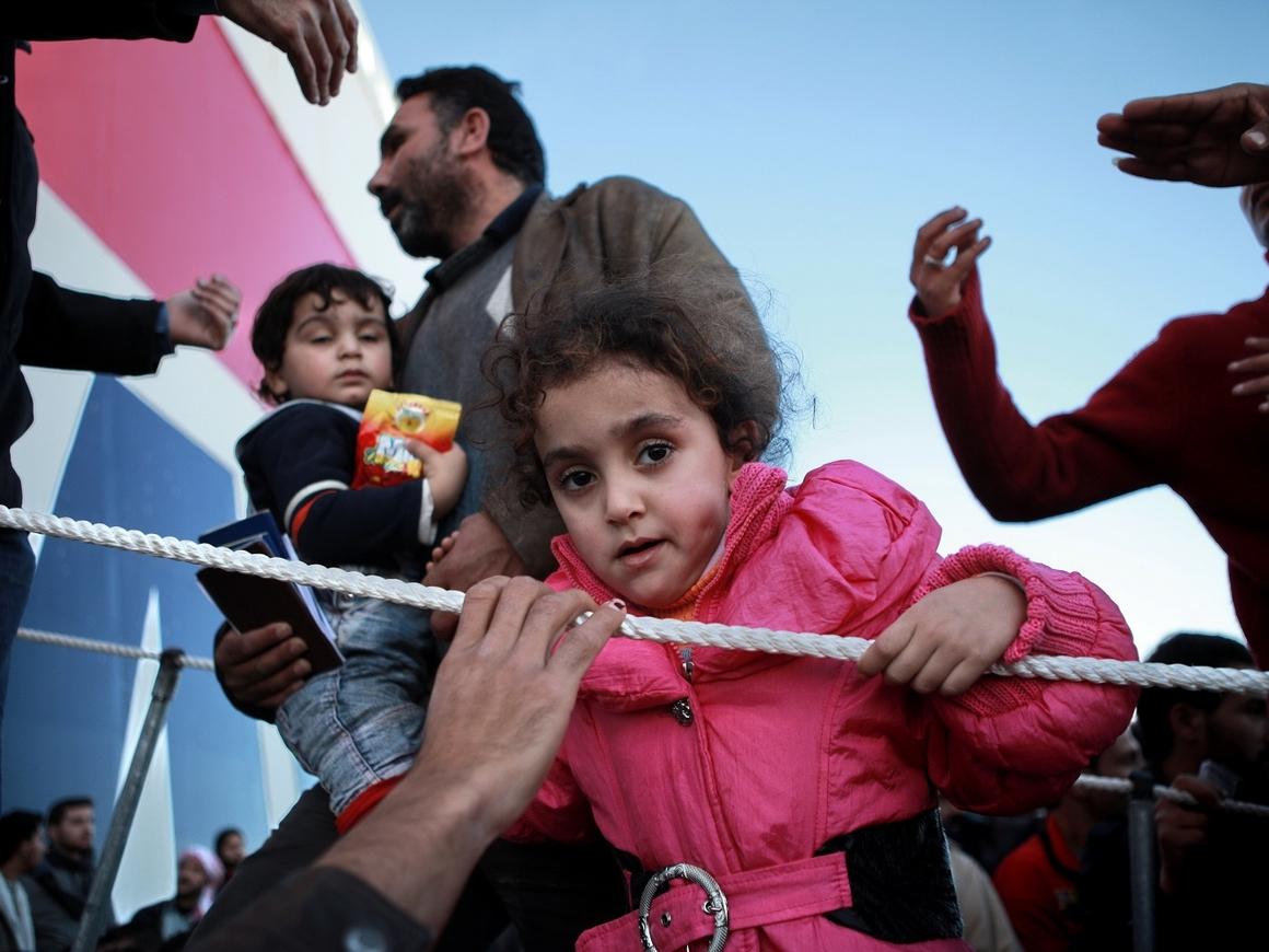 Итальянское судно вернуло беженцев с моря в Ливию. А это вообще легально?