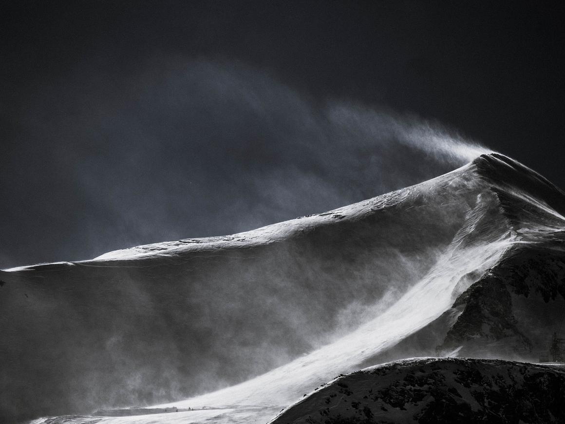 Верное решение! Потерявшийся в горах альпинист закопался в снегу, чтобы выжить
