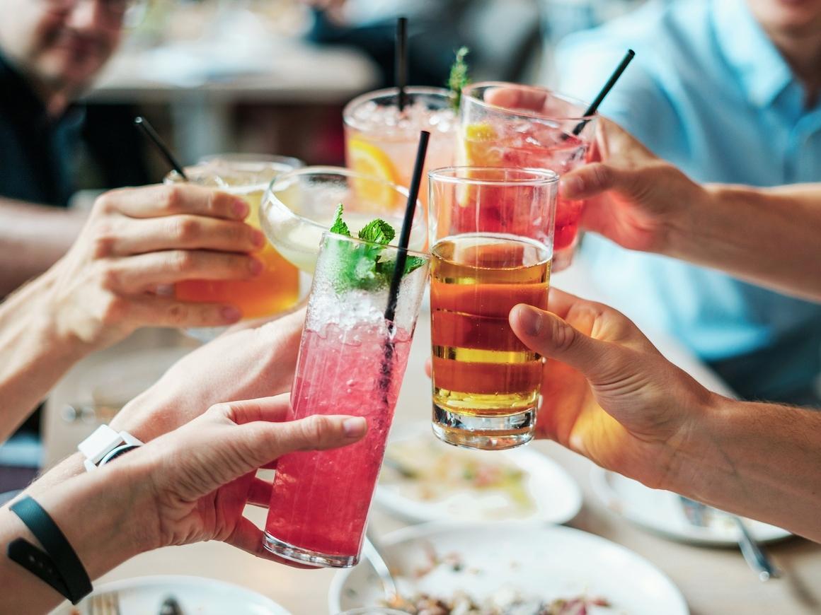 Если вообще не пить алкоголь, то можно заработать слабоумие. Наука!
